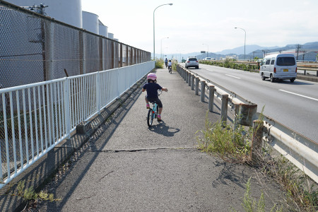 橋に向かって