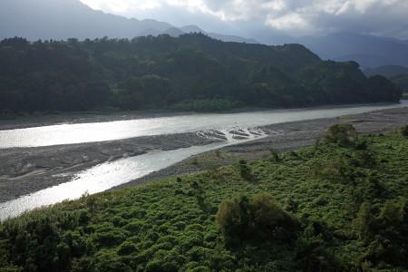 富士川沿いのアップダウンを走る