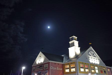 マリンタウンと月