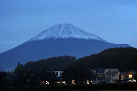 富士宮から早朝闇に浮かぶ富士山
