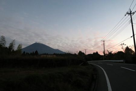 早朝の雲と富士山