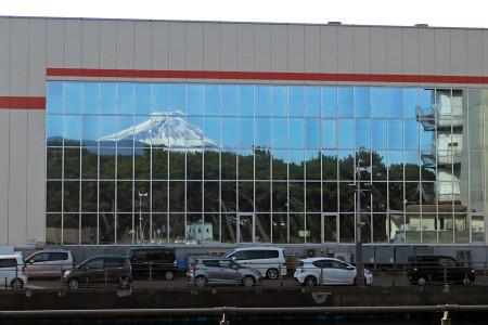 窓に映った富士山と松林