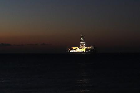 清水港で光る「ちきゅう」