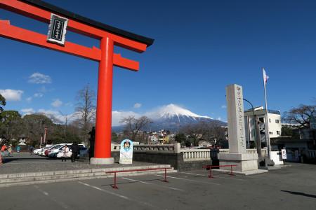 浅間大社の鳥居と富士山