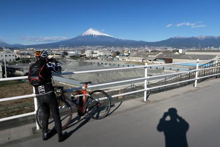 堤防上から富士の市街地と富士山