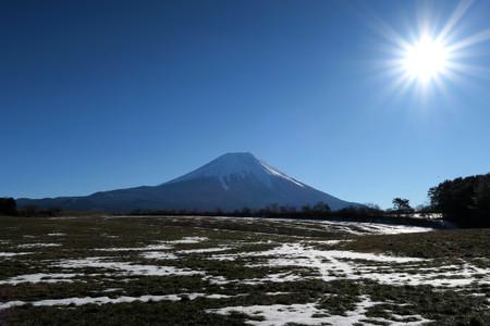 朝霧高原牧草地からの富士山と朝日