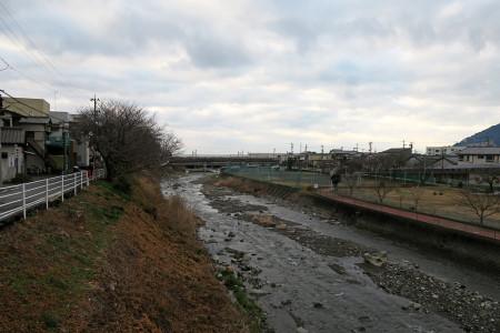 由比川を渡る
