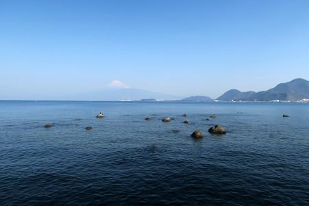 西浦から駿河湾越しの富士山