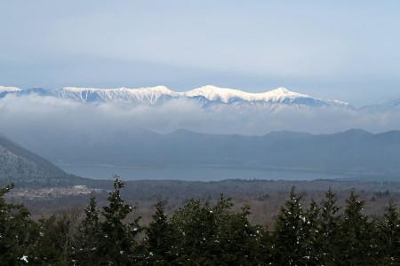 本栖湖と南アルプスの雪