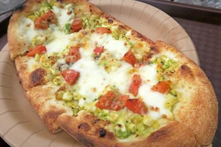 卵とブロッコリー・フルーツトマトのサラダピザ