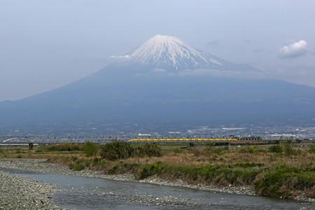 富士川を渡るドクターイエロー