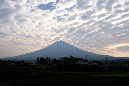 朝の富士山と雲
