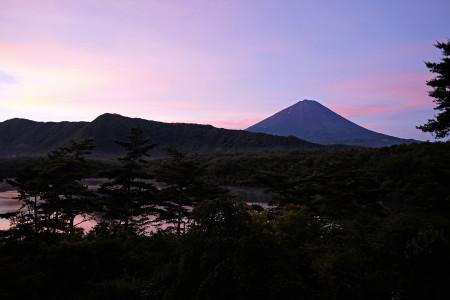 7月10日早朝の富士山(西湖より)