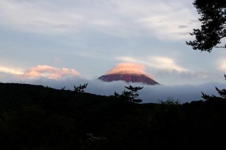 赤富士にかさ雲