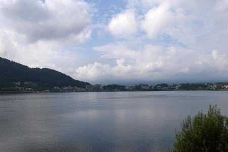 河口湖と雲に巻かれた富士山