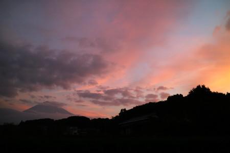 10月21日の朝焼けと富士山