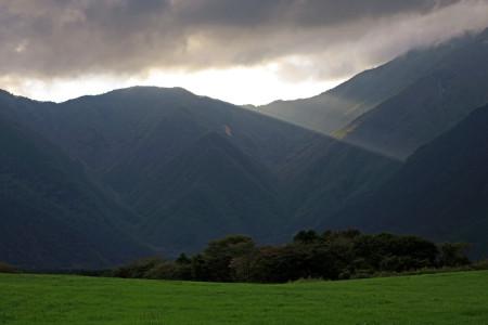 陽光が山を照らす