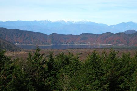 本栖湖と南アルプスの山々を望む
