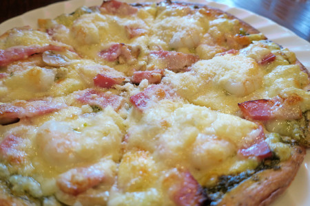 魚介とバジルのピザ